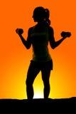 Schattenbild der Frauengewichtslocken-Blickseite Stockfoto