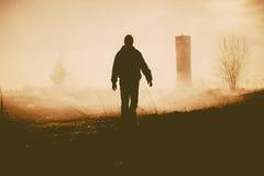 Schattenbild der gehenden Person und des Turms Stockfotografie