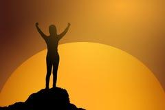 Schattenbild der gewinnenden Erfolgsfrau bei dem Sonnenuntergang oder Sonnenaufgang, die oben ihre Hand in der Feier stehen und a Stockbild
