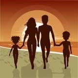 Schattenbild der glücklichen Familie gehend entlang Strand bei Sonnenuntergang stock abbildung