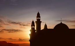 Schattenbild der großen Moschee mit hohem Minarett Lizenzfreie Stockfotos