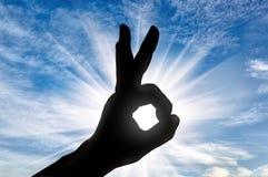 Schattenbild der Hand des Mannes zeigt das Geste O.K. Lizenzfreies Stockfoto
