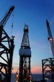 Schattenbild der Jack-oben Ölplattform an Dämmerung T Stockbilder