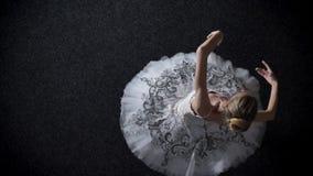 Schattenbild der jungen Ballerina der eleganten Frau spinnt, dehnt auf Barre, Ballettkonzept, Bewegungskonzept, Spitzenschuß aus stock footage