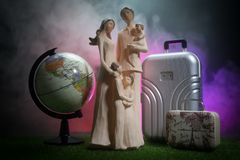 Schattenbild der jungen Familie mit Gepäck gehend am Flughafen, Mädchen, das etwas durch das Fenster zeigt stockbild