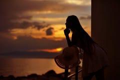 Schattenbild der jungen Frau bei Abendsonnenuntergang Lizenzfreie Stockfotos