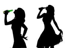 Schattenbild der jungen Frau mit Bier stock abbildung