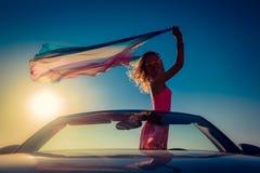 Schattenbild der jungen Frau am Strand Lizenzfreie Stockfotografie