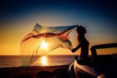 Schattenbild der jungen Frau am Strand Stockfotografie