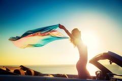 Schattenbild der jungen Frau am Strand Stockbilder