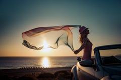 Schattenbild der jungen Frau am Strand Stockfoto