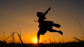 Schattenbild der jungen Hexe springend auf den Besenstiel stock footage