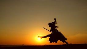 Schattenbild der jungen Hexe springend auf den Besenstiel, Zeitlupe stock video