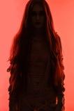 Schattenbild der jungen Mamafrau im Verband Stockfoto