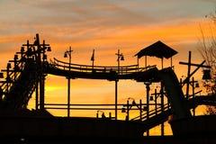 Schattenbild der Klotzgerinneweinlese durch Abendrot Lizenzfreie Stockfotos