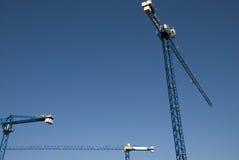 Schattenbild der Kräne auf einem freien blauen Himmel Stockfotos
