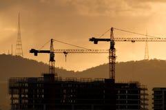 Schattenbild der Kräne während des Aufbaus Lizenzfreies Stockfoto