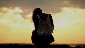 Schattenbild in der Liebe auf Sonnenuntergang Kuss und Umarmung romanze stock footage