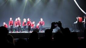 Schattenbild der Mannholdingkamera und nehmen Video der Tanzgruppe Leute stock video footage