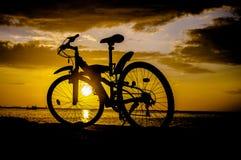 Schattenbild der Mountainbike mit Sonnenunterganghimmel Lizenzfreies Stockbild