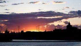 Schattenbild der Nachtstadt bei Sonnenuntergang Lizenzfreies Stockbild