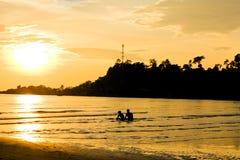 Schattenbild der Paare, die Sonnenuntergang sehen Stockbilder