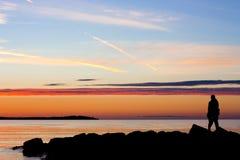 Schattenbild der Paare mit Sonnenuntergang Stockfotografie