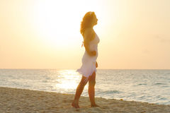 Schattenbild der schönen Frau am Sonnenaufgang Stockbilder