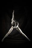 Schattenbild der schönen jungen Frau in der Tanzenhaltung auf schwarzem Hintergrund Stockbilder