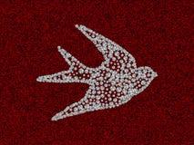 Schattenbild der Schwalbe mit Bergkristalldiamanten auf der roten Baumwollbeschaffenheit Lizenzfreie Stockbilder
