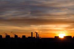 Schattenbild der Stadt auf Sonnenunterganghintergrund Lizenzfreie Stockfotografie