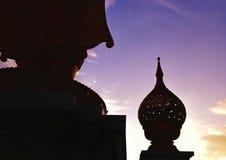 Schattenbild der Statue der Blumen auf Lotusform im Behälter Lizenzfreies Stockfoto