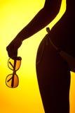 Schattenbild der weiblichen Karosserie mit Bikini lizenzfreie stockfotografie
