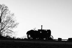 Schattenbild des alten Traktors Stockfotos