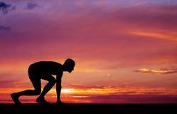Schattenbild des Athleten in der Position zu laufen Lizenzfreies Stockbild