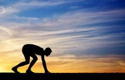 Schattenbild des Athleten in der Position zu laufen Stockfotos
