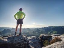 Schattenbild des Athletenläufers auf Sonnenunterganghintergrund-Kopienraum stockbild