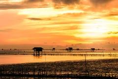 Schattenbild des Bambushäuschens mit Morgensonnenschein im Golf von Thailand Lizenzfreie Stockbilder