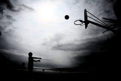 Schattenbild des Basketballs im Sonnenuntergang lizenzfreie stockfotos