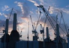 Schattenbild des Battersea-Kraftwerks und der Bau-Kräne stockfotos