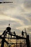 Schattenbild des Bauarbeiterstands auf Baugerüstrahmen-Fußbetonspalte in der Baustelle während der schönen Sonne Lizenzfreies Stockfoto