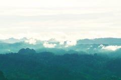 Schattenbild des Berges und der Landschaft Lizenzfreie Stockbilder