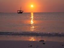 Schattenbild des Bootes mit dem Meer  Stockfotos