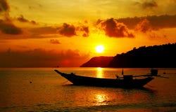 Schattenbild des Bootsparkens des langen Schwanzes auf dem Meer Stockfotografie