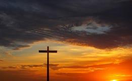 Schattenbild des Christen kreuzen vorbei roten Sonnenaufgang oder Sonnenuntergang Stockfotografie