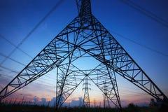 Schattenbild des elektrischen Hochspannungspfostens gegen schönes düsteres Lizenzfreie Stockbilder