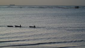 Schattenbild des Fischerbootes im Meer stock video footage