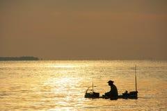 Schattenbild des Fischers am Sonnenaufgang, das Golf von Thailand, Kambodscha Stockbilder