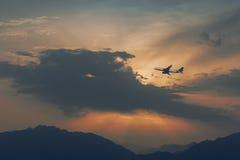 Schattenbild des Flugzeuges an der Dämmerung Stockbild