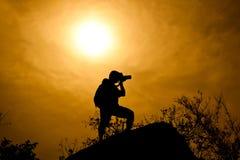 Schattenbild des Fotografen auf dem Berg Lizenzfreies Stockbild